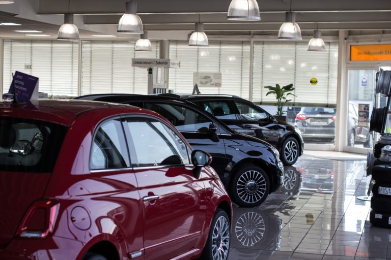 Autos im Hauptgebäude vom Autohaus Ahlers
